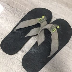In new condition flip flops unisex